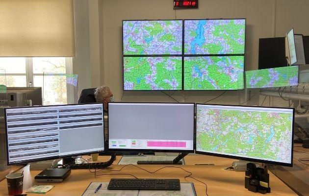 Monitore in einer Waldbrandüberwachungszentrale